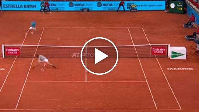 Stop volley di spalle in spaccata: Tsitsipas fenomenale